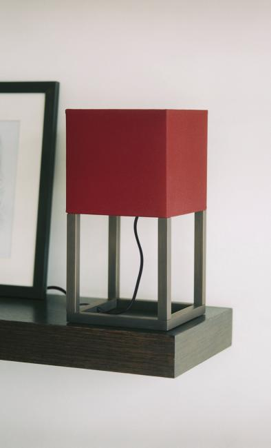 IBSHEK 1 in brushed bronze with shade in seta cerise